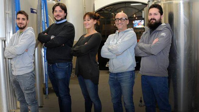 Simone Ceriani con i soci del birrificio di Legnano