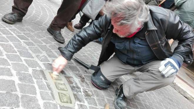 L'artista Gunter Demnig in piazza Duomo a Grosseto