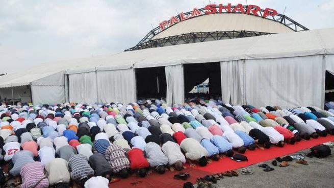 Musulmani in preghiera nell'area del Palasharp (foto repertorio)