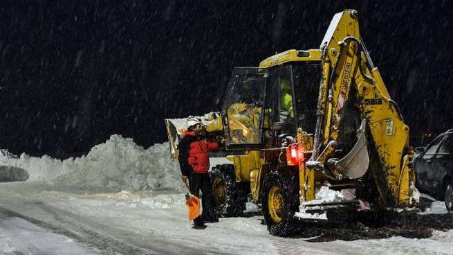 Soccorritori impegnati tra neve e terremoto (Afp)