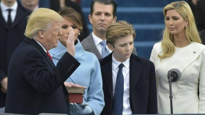 Trump giura sulla Bibbia (Afp)