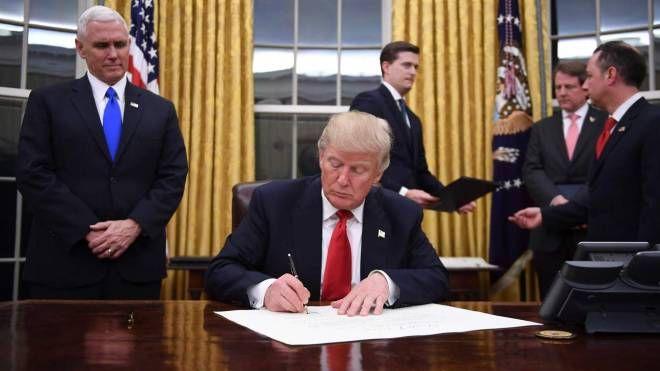 Donald Trump nello Studio Ovale (Afp)