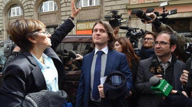 Raffaele Sollecito attorniato dai giornalisti  con il suo avvocato Giulia Borgiorno