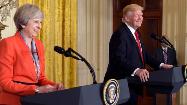 La premier britannica Theresa May con il presidente Usa Donald Trump (Afp)