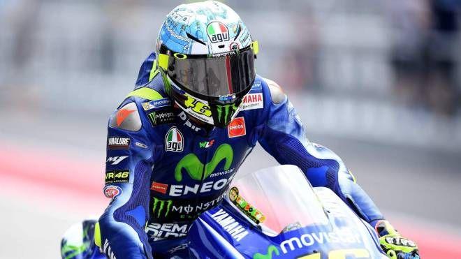 Valentino Rossi con il casco nuovo a Sepang (foto Afp)