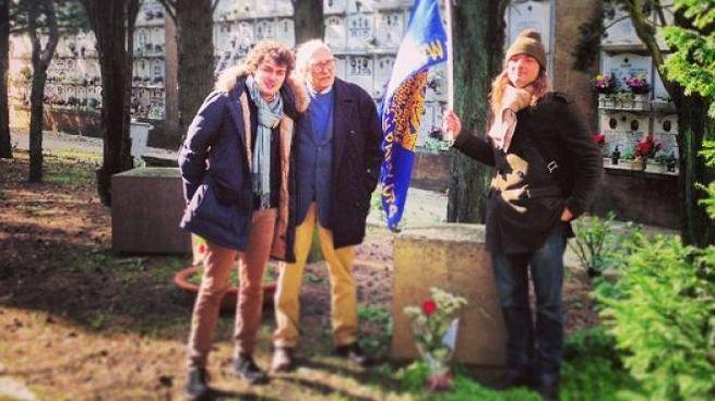 Marco Pannella dopo aver deposto un fiore sulla tomba di Ernesto Rossi il 9 febbraio 2013