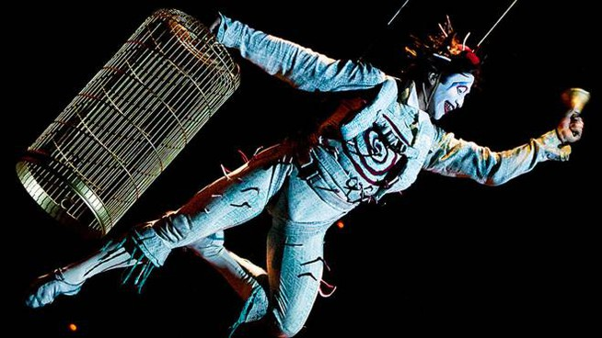 Un acrobata del celebre Cirque du Soleil