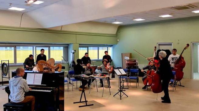 Un momento delle lezioni dell'orchestra inclusiva di Spazio Reale