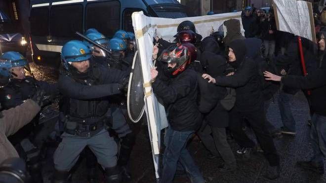 Scontri tra forze dell'ordini e collettivi a Bologna (Ansa)