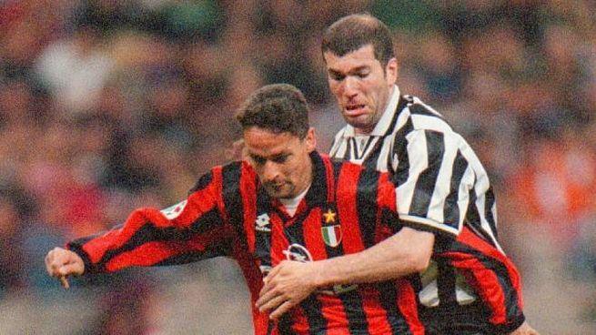 Roberto Baggio contrastato da Zinedine Zidane durante Milan-Juve del 1997