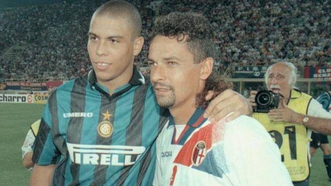 Roberto Baggio con la maglia del Bologna, in una foto del '97 con Ronaldo (Ansa)