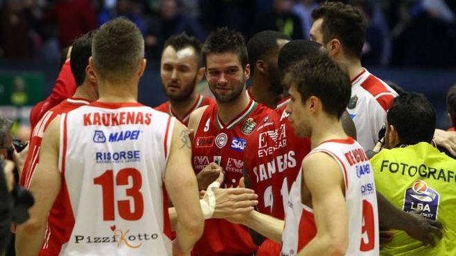 Alal fine della partita i giocatori si stringono le mani (foto LaPresse)