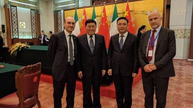 La firma dell'accordo in Cina