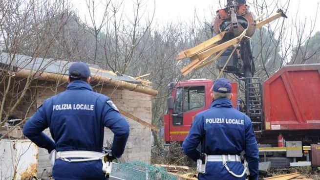 """Il """"ragno"""" in azione mentre demolisce le baracche al Terradeo"""