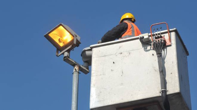 Lavori sull'illuminazione pubblica (Foto archivio)