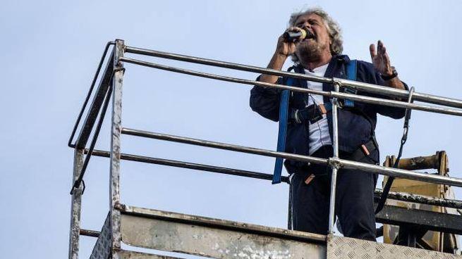 Beppe Grillo sale su una gru al Circo Massimo (Ansa)