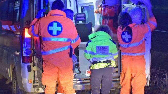 Soccorritori del 118 al lavoro con un'ambulanza