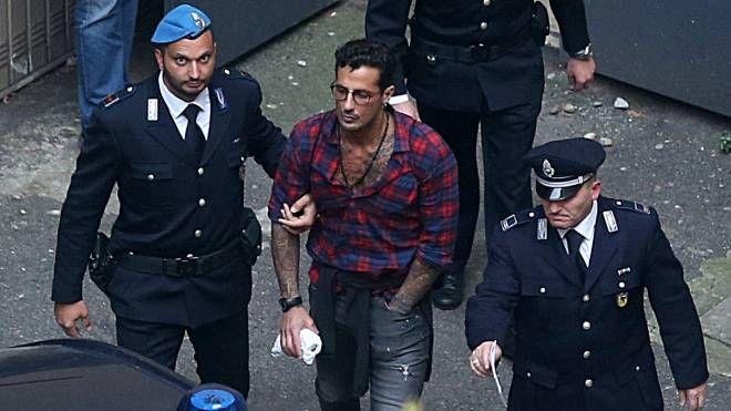 Fabrizio Corona esce dal Palazzo di giustizia (Lapresse)