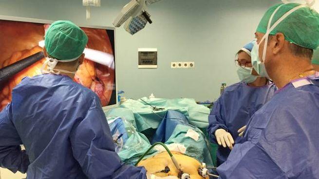 Il dottor Dario Maggioni in sala operatoria