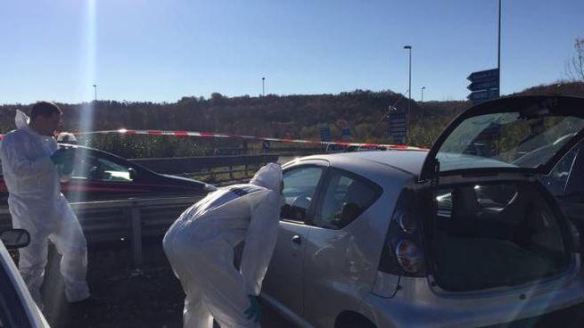 I carabinieri esaminano l'auto dove è stato trovato il cadavere di Giuseppe Raucci