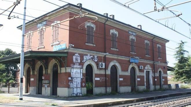 La stazione di Cadè e l'imbocco  del sottopassaggio