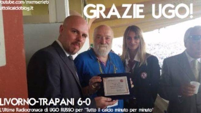 Nella foto di tuttoilcalcioblog.it l'addetto stampa del Livorno Paolo Nacarlo premia Ugo Russo