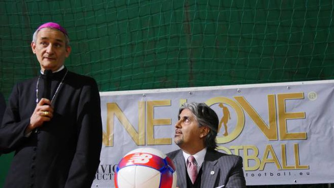Il Vescovo Matteo Maria Zuppi con Marco Antonio De Marchi, organizzatore del torneo