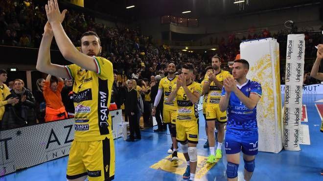 La delusione dei giocatori dell'Azimut Modena al termine della gara contro Civitanova