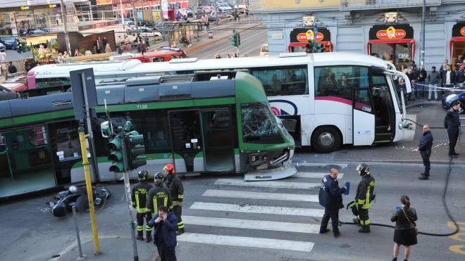 Incidente bus-tram in via Farini (Newpress)