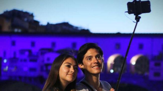 Due turisti davanti a Ponte Vecchio
