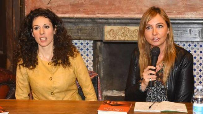Silvia Avallone con la giornalista del Carlino Benedetta Salsi che ha condotto la presentazione