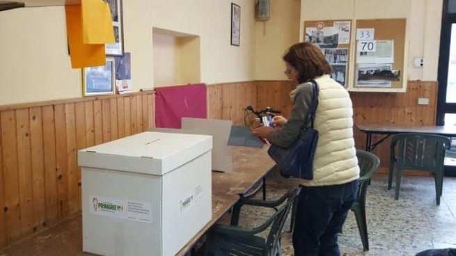 Un seggio a Lucca (foto Alcide)