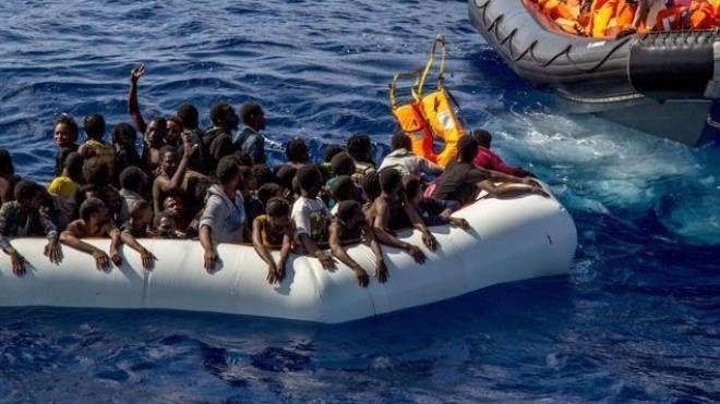 Il salvataggio di alcuni migranti nel Mediterraneo (Ansa)