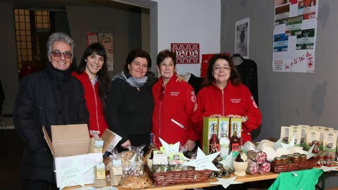 Membri della Croce Rossa di Imola vendono prodotti delle zone terremotate (IsolaPress)