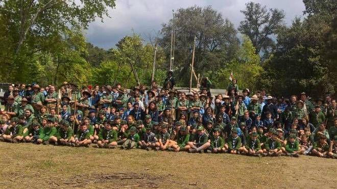 Un momento dell'attività degli scout all'ex colonia Ugo Pisa. In alto, foto di gruppo per i duecento esploratori
