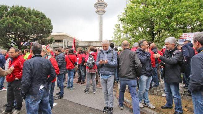 Limponente presidio dei lavoratori Tim sotto la torre Telecom