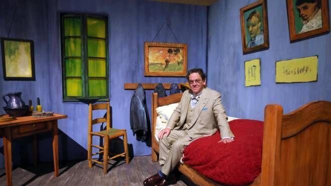 Philippe Daverio 'dentro' un quadro di Van Gogh (foto Ansa)