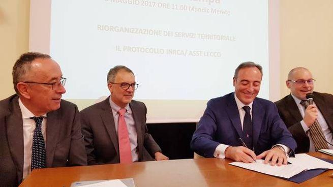 L'assessore regionale alla Sanità Giulio Gallera firma l'accordo