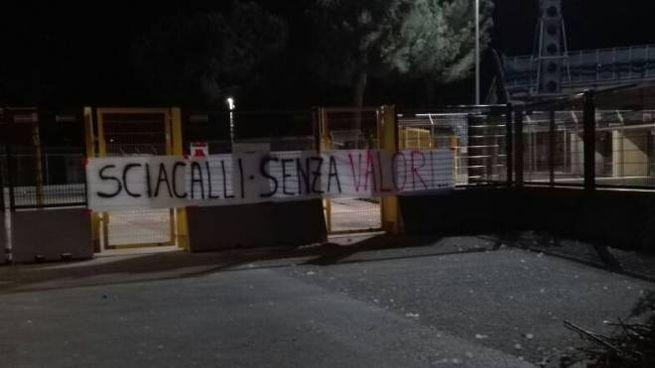 Lo striscione appeso dai tifosi della Maceratese all'ingresso  dell'Helvia Recina