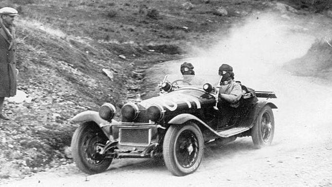 Tazio Nuvolari e Giovanni Battista Guidotti su un'Alfa Romeo