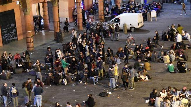 Bologna, la movida in Piazza Verdi (foto Schicchi)