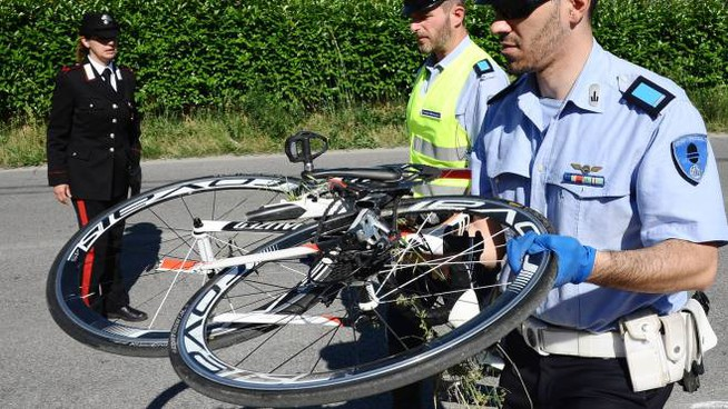Poco dopo l'incidente, i rilievi degli agenti (foto Migliorini)