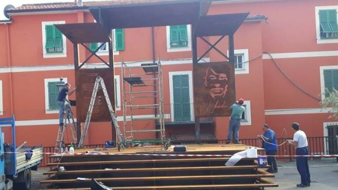 L'installazione del palco per la musica in piazza De André