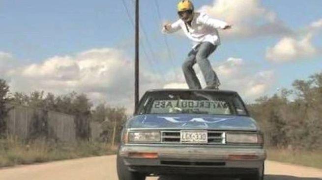 Car surfing, rimanere in piedi sull'automobile in marcia (foto repertorio)