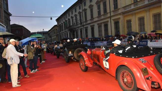Le auto classiche in corso Garibaldi tra due ali di folla