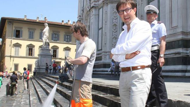 Nardella con gli idranti sul sagrato di Santa Croce (New Press Photo)