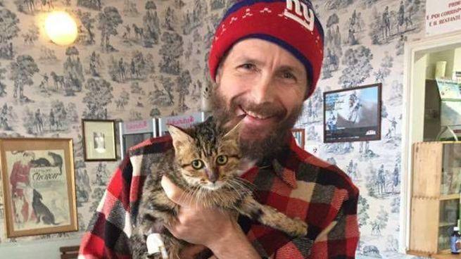 Jovanotti con la gattina Zolletta che ha adottato nel 2015