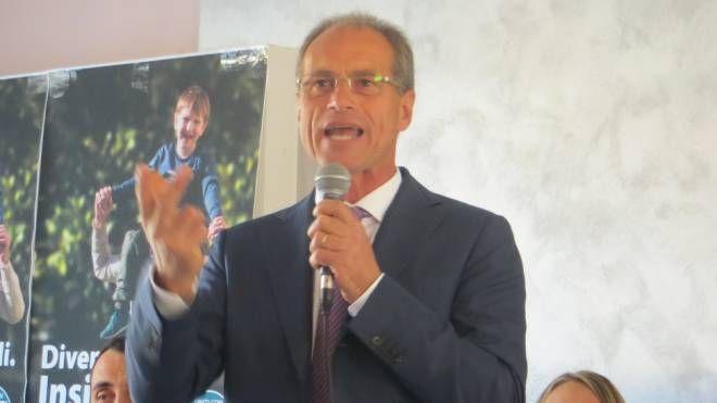 Stefano Aguzzi, neo sindaco di Colli al Metauro, con alcuni suoi consiglieri