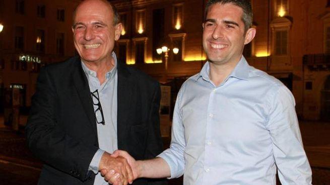 Federico Pizzarotti (D), sindaco uscente di Parma, con il rivale Paolo Scarpa (Ansa)