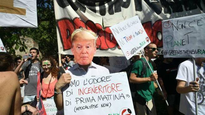 Bologna, manifestazione di protesta per il G7 Ambiente (LaPresse)